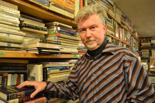 Režisér Radovan Lipus při své návštěvě antikvariátu Fiducia.