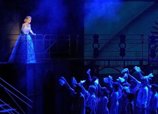Scéna z ostravského muzikálu Evita.