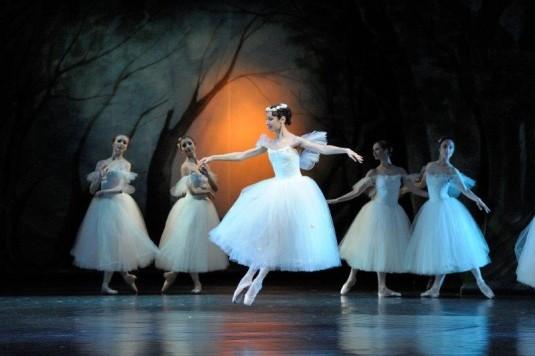 Olga Borisová Pračíková (uprostřed) v baletu La Sylphide.
