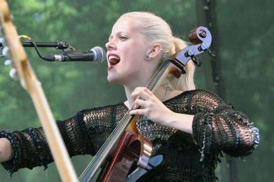 Violoncellista a zpěvačka Terezia Kovalová patří k žádaným muzikantům.