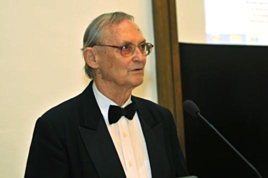 Lumír Pivovarský na jednání zastupitelstva, kde převzal v roce 2012 Cenu města Ostravy.