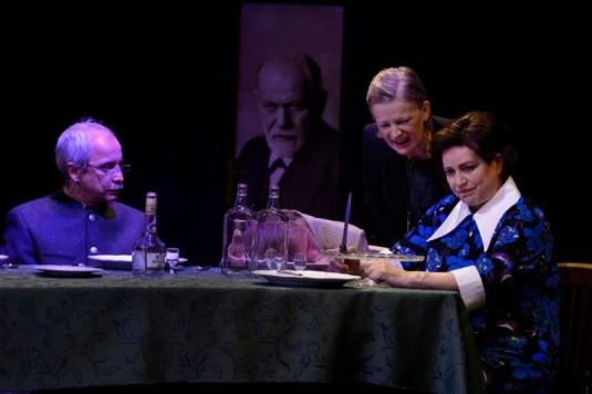 Snímek z inscenace Lidumor, Anna Cónová druhá zprava.