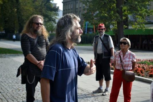 Průvodce Pavel Hruška (v popředí), vlevo básník Vladimír J. Horák.