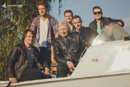 Filip Rácz (první zleva) s kapelou FiHa a s Václavem Neckářem.