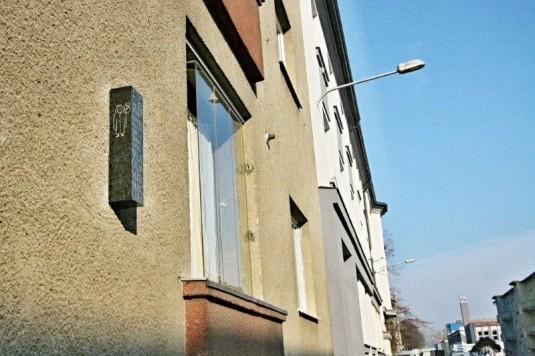 Pamětni deska Vladimíru Macurovi v Korejské ulici v Ostravě.