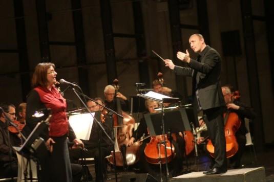 Jiří Pavlica (s houslemi) a zpěvačka Alice Holubová.