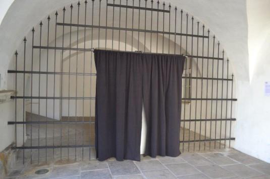 Co se skrývá za oponou v podloubí před Ostravským muzeem?
