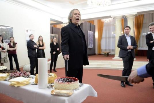 Jarek Nohavica přinesl narozeninový dort pro Lazebníka sevillského.