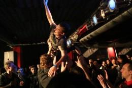 Fanoušci kapely Retro Jokers to při koncertu v Barráku pořádně rozjeli.