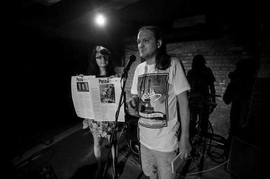 Jakub Chrobák s časopisem Posed v ostravském klubu Les.