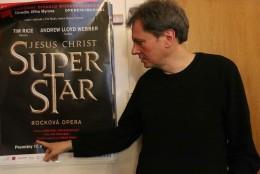 Jiří Nekvasil u plakátu k inscenaci Jesus Christ Superstar.