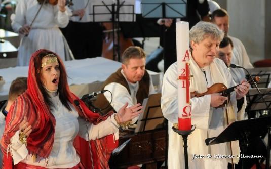 Veronika Holbová jako Máří Magdalena a Jiří Pavlica jako Ježíš v Evangeliu podle houslí.