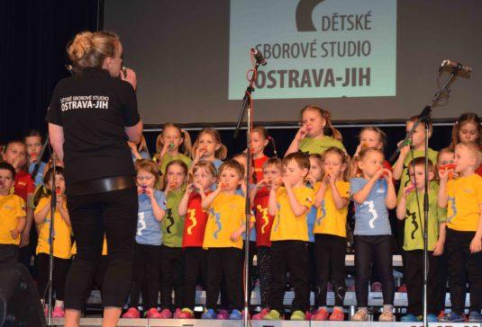 Dětský pěvecký sbor Mrňousci během koncertu v Akordu.