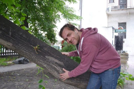 Herec Přemysl Bureš ukazuje dendrologické sbírky své nové zahradní pivnice.