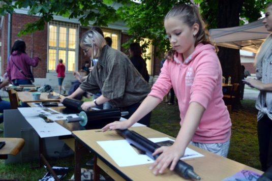 Noční workshop na zahradě Střední umělecké školy v Poděbradově ulici