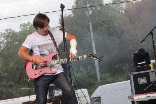Kytarista kapely Francesco de Beaver odehrál soutěžní koncert se sádrou.
