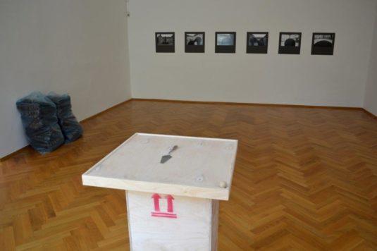 Pohled do výstavního sálu s exponáty Jiřího Kovandy