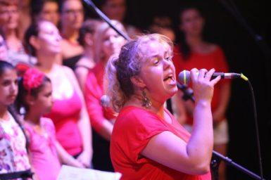 Dánská sbormistryně a lektorka víkendové gospelové školy Sarah Moshage během koncertu v Cooltouru.