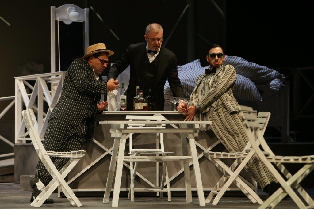 Petr Houska, Marcel Školout a David Janošek v Hostinci u kamenného stolu.