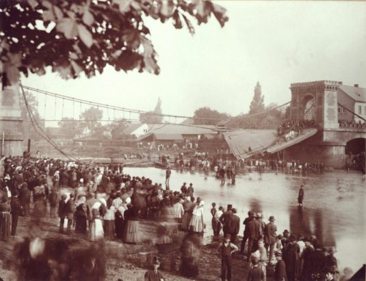 Pád mostu na snímku Antona Branda.