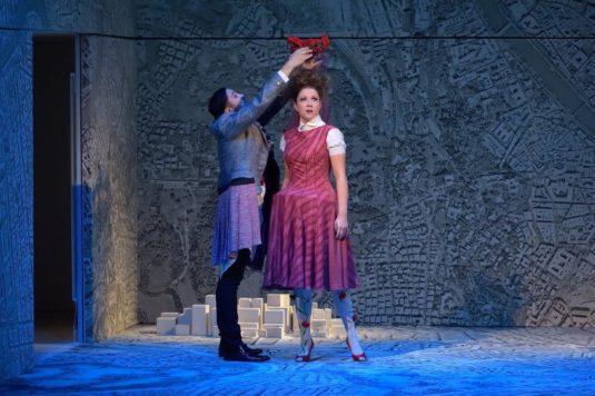 Jorge Garza a Kateřina Kněžíková v inscenaci opery La clemenza di Tito.