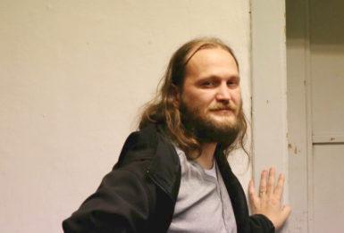 Divadlo mě vcuclo, říká básník Jakub Chrobák, který hraje na podzemní scéně Absintového klubu Les