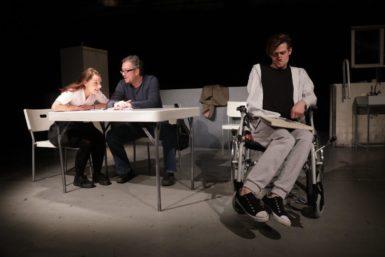 Strhující komorní drama Teď mě zabij, nejnovější inscenace Janusze Klimszy, zvedne diváky z židlí