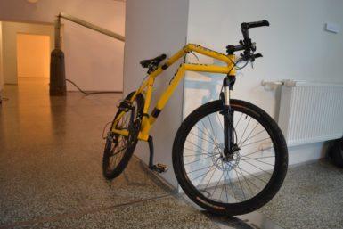 Lustr zpouličního osvětlení, zalomený bicykl i strom zropy. Krištof Kintera na Slezské baví a varuje