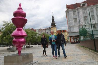 Sochy dočasně rozeseté po Ostravě v rámci projektu Sculpture Line konkurují stálým instalacím
