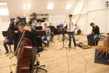 To musíte slyšet! Orchestr sestavený pro udílení Cen Jantar odehrál zkoušku s nominovanými kapelami