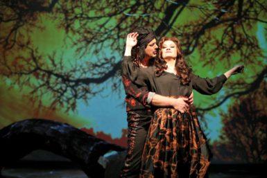 Vraždy ze žárlivosti? Slezské divadlo v Opavě je zvládá s řemeslnou poctivostí