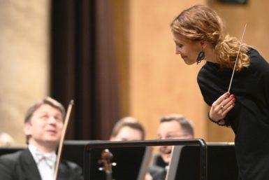 Hudba tisíce a jedné noci sJanáčkovou filharmonií: Neodolatelná Bára Seidlová a tančící dirigent Iwasaki zbourali konvence