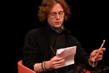 Někdy se poezie skrývá, protože vždy nesnese to naše převtělení do slov, říká básník Dominik Bárt